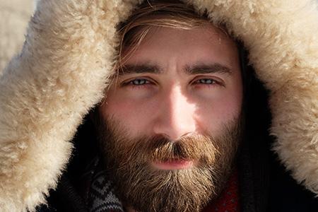 attraktiva män använder skäggolja
